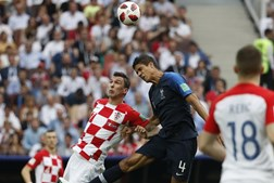 Varane e Mandzukic disputam uma bola na final do Mundial